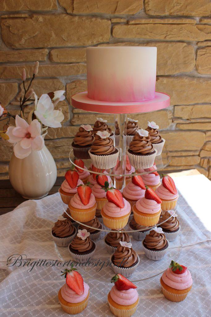 cupcakes mit kleiner hochzeitstorte auf der etagere brigittes tortendesign. Black Bedroom Furniture Sets. Home Design Ideas