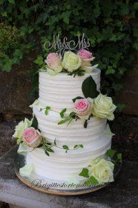 Hochzeitstorte Mit Frischen Rosen Und Caketopper Aus Holz